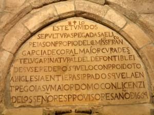 Detalle de la sepultura interior de la iglesia