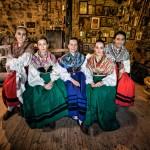 """Parte de las chicas del grupo de panderetas del """"El Mimbral"""" en el museo etnográfico """"El Pajar de Proaño"""". Campoo devanado. Carmenar."""