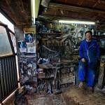 Abundio en su taller de ollas ferroviarias de Mataporquera. Tresnar. Campoo devanado.