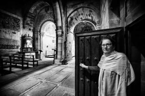 Isabel en la iglesia de Barruelo de los Carabeos. Campoo devanado. Voltear.