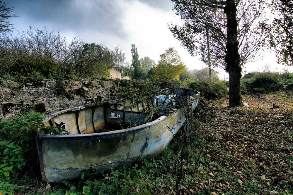 Reflejo obre un retrovisor del puente sobre el pantano Horna Ebro Campoo