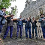 Asociación de Rabelistas Campurrianos tañendo y cantando el Día de la Rosa en Montesclaros. Pandear. Campoo devanado.