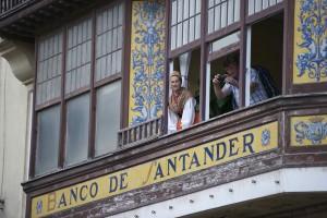 Asomados al balcón, disfrutando del día de Campoo en Reinosa. Uncir. Campoo devanado.