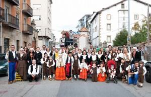 Carreta de Mataporquera con los mozos y mozas del pueblo. Día de Campoo. Reinosa.Uncir. Campoo devanado.