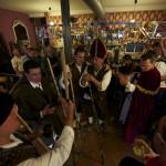Cantando por los bares el día de Campoo en Reinosa. Nando el de Aradillos y Toñín el de Orzales en la parte central, dos bonitas voces campurrianas.Uncir. Campoo devanado.