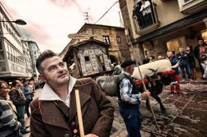 Pasando la Plaza de España, Óscar acompaña a la carreta de Lantueno. Día de Campoo. Reinosa. Uncir. Campoo devanado.