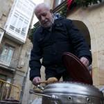 Día de San Sebastián. Reinosa. Andrés (directo de la compañía de teatro Corocotta) remueve el guiso.