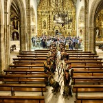 Posando delante del altar en la Iglesia de San Sebastián de Reinosa
