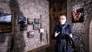 Miguel de Arriba, fotográfo de la exposición, ante algunas de sus obras.