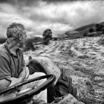 Toñín, el de Abiada, segando a tractor. Tresnar. Campoo devanado.