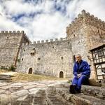 Tomás Sobaler en el patio del Castillo de Argüeso. Azuelar. Campoo devanado.