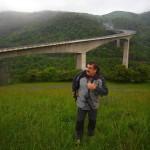 Ricardo fotografiando viaductos.