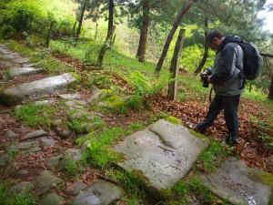 Ricardo fotografiando la calzada romana