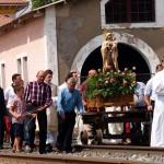 Virgen del Carmen sobre las vias