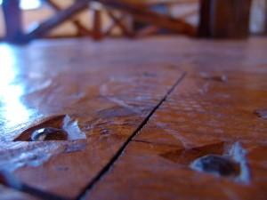 Detalle del suelo. Agüjerado a mano para incrustar los clavos.