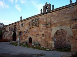 Portada exterior capilla Las Henestrosas