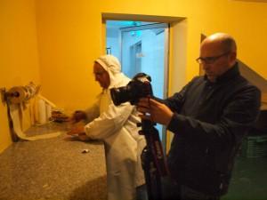 Miguel de Arribas fotografiando en una quesería.